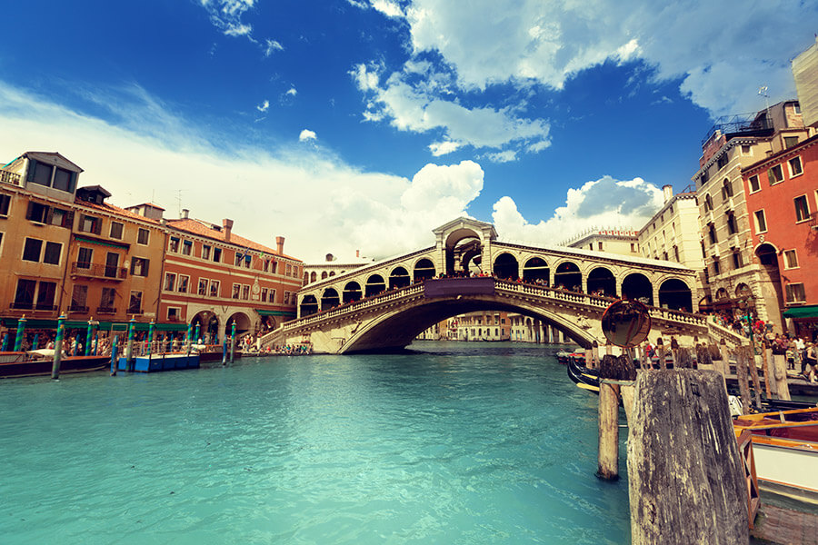 Rialto-bridge-in-Venice-Italy